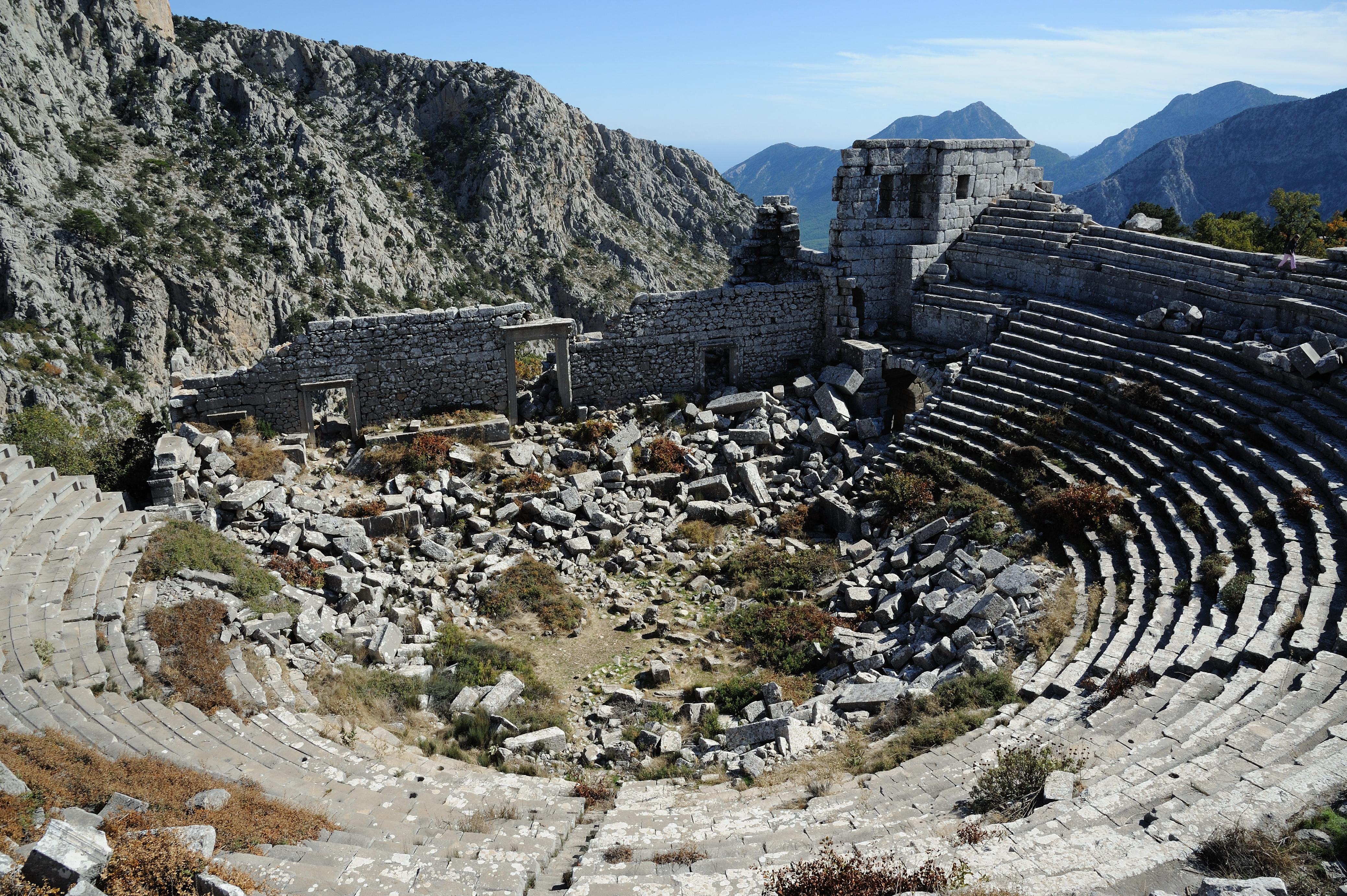 File:Amphitheatre Termessos.jpg