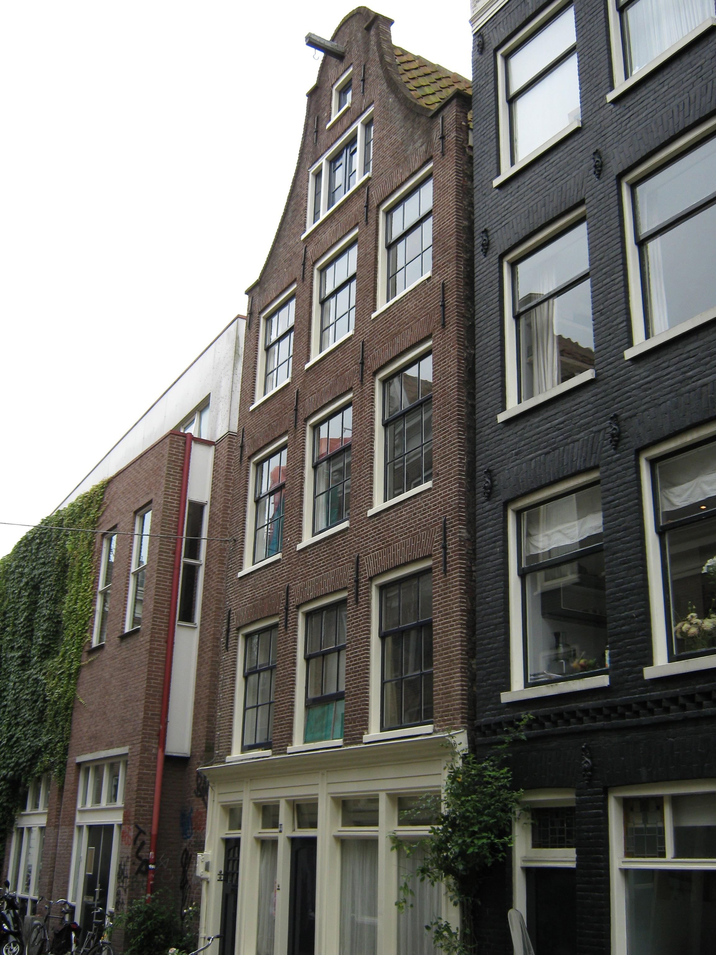 Huis met gevel onder klokvormige top met rollagen in amsterdam monument - Provencaalse huis gevel ...