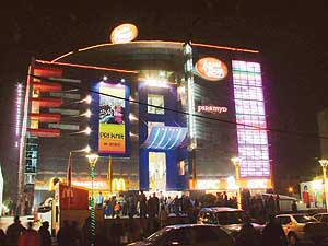 Ansal Plaza by night, Ludhiana, Punjab (2005).jpg