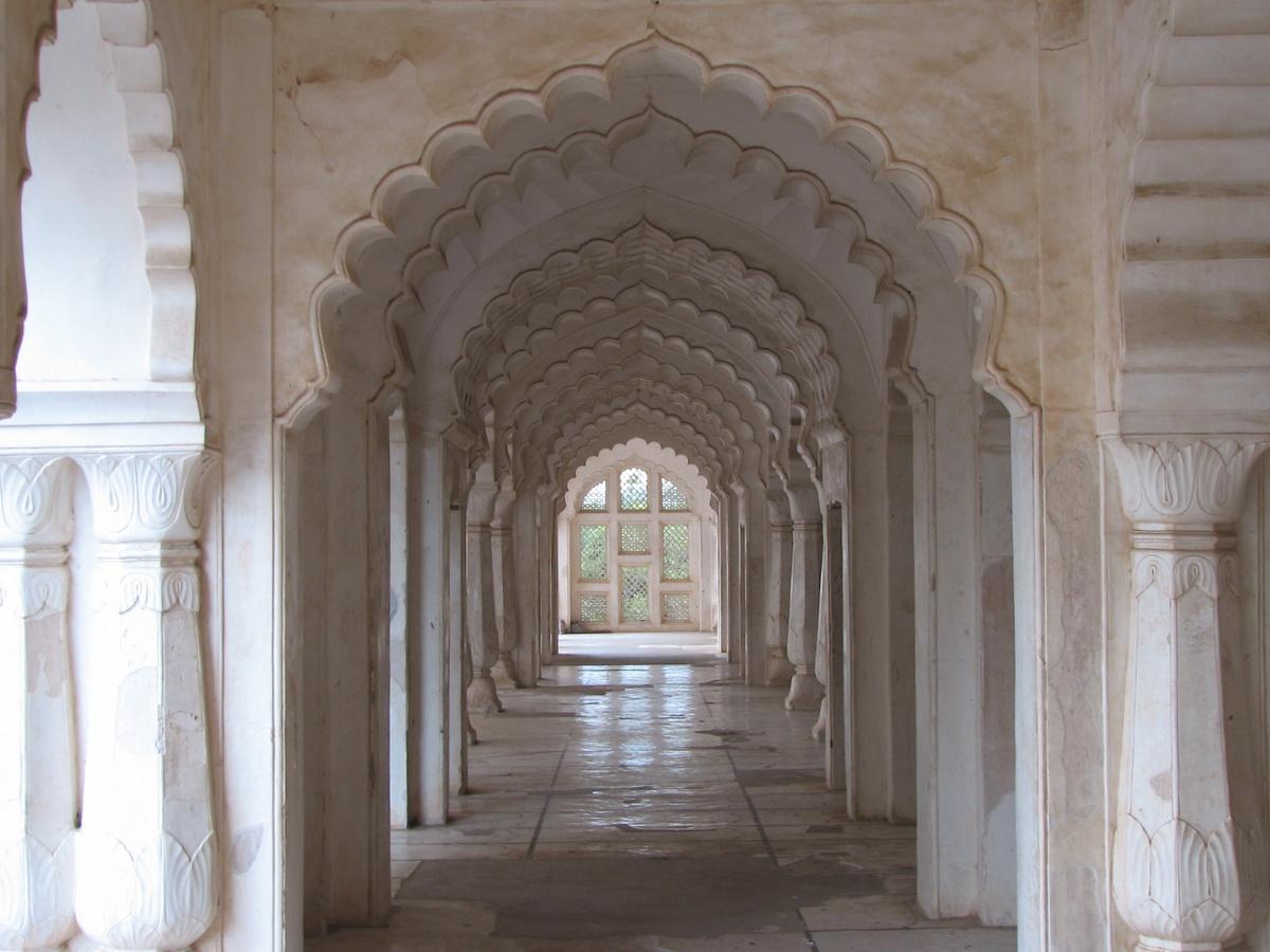 File:Bibi Ka Maqbara (Inside).jpg - Wikimedia Commons