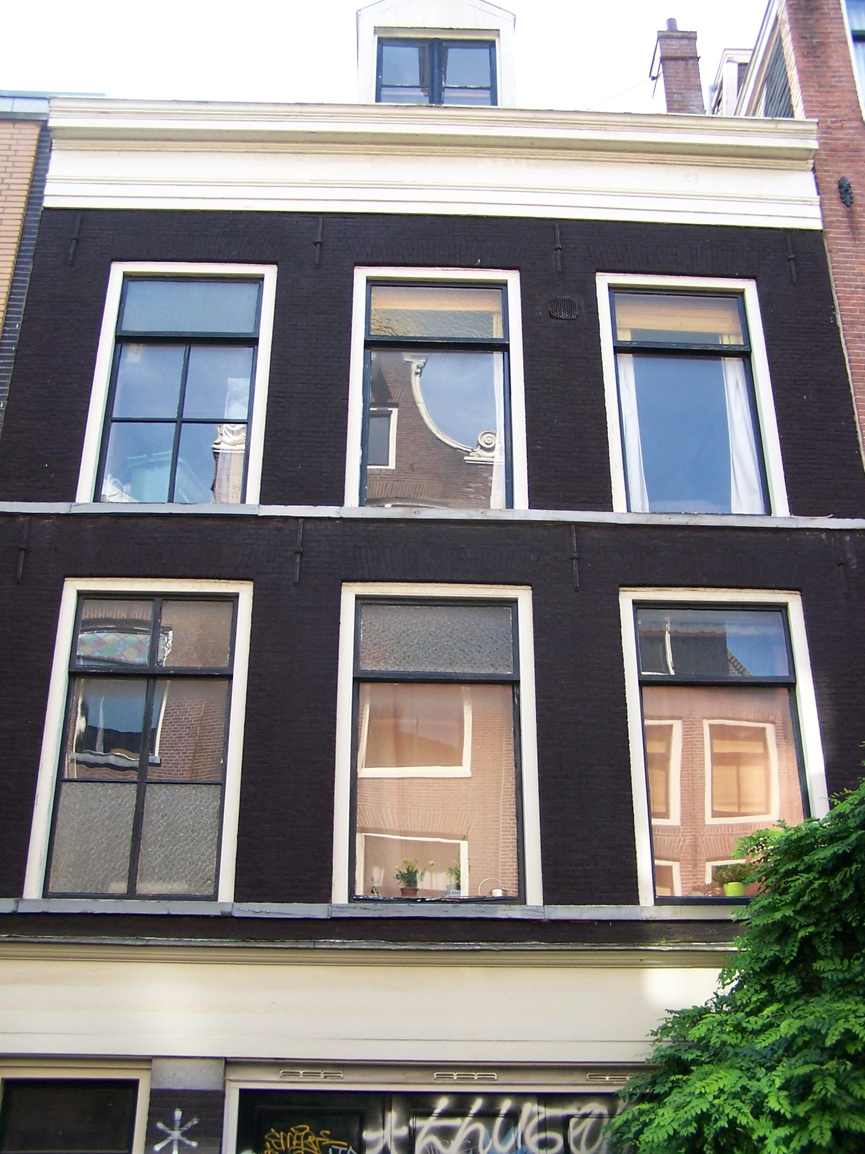 Huis met gevel onder rechte lijst en op moderne pui in amsterdam monument - Moderne huis gevel ...