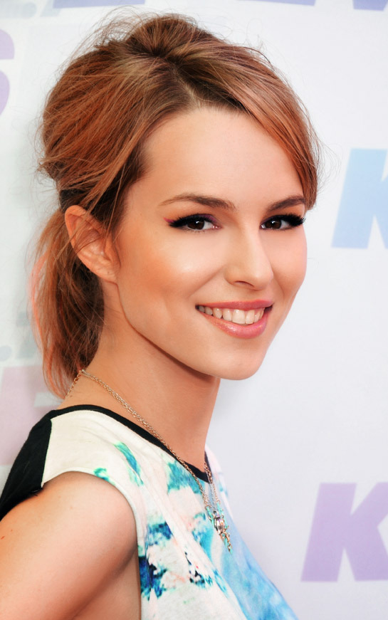 The 24-year old daughter of father (?) and mother(?), 169 cm tall Bridgit Mendler in 2017 photo