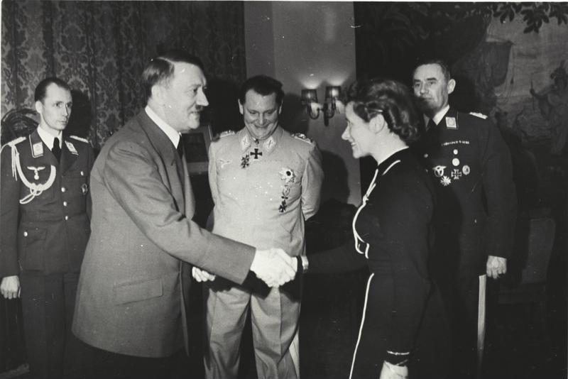 پرونده:Bundesarchiv B 145 Bild-F051625-0295, Verleihung des EK an Hanna Reitsch durch Hitler.jpg