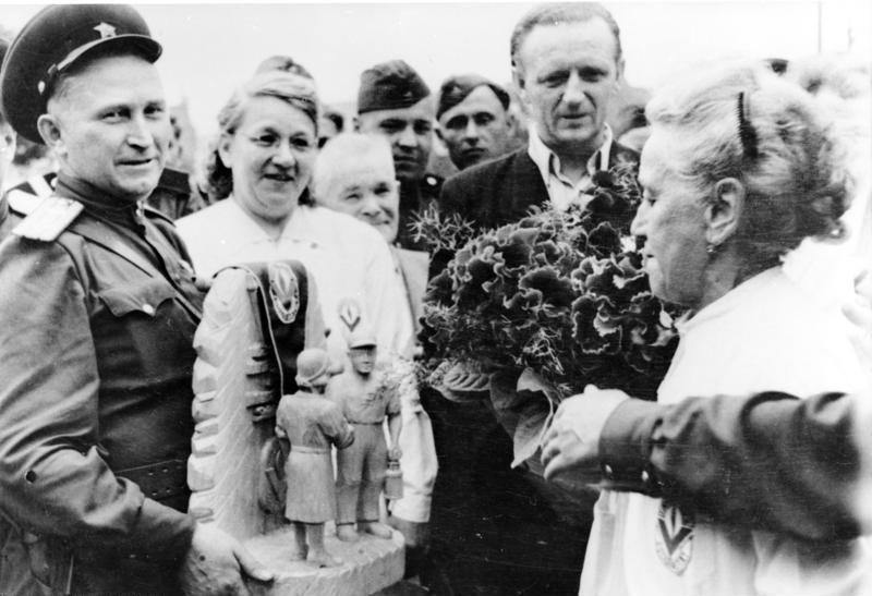 Datei:Bundesarchiv Bild 183-20153-0001, Blumen für sowjetische Soldaten für Eingreifen am 17. Juni 1953.jpg