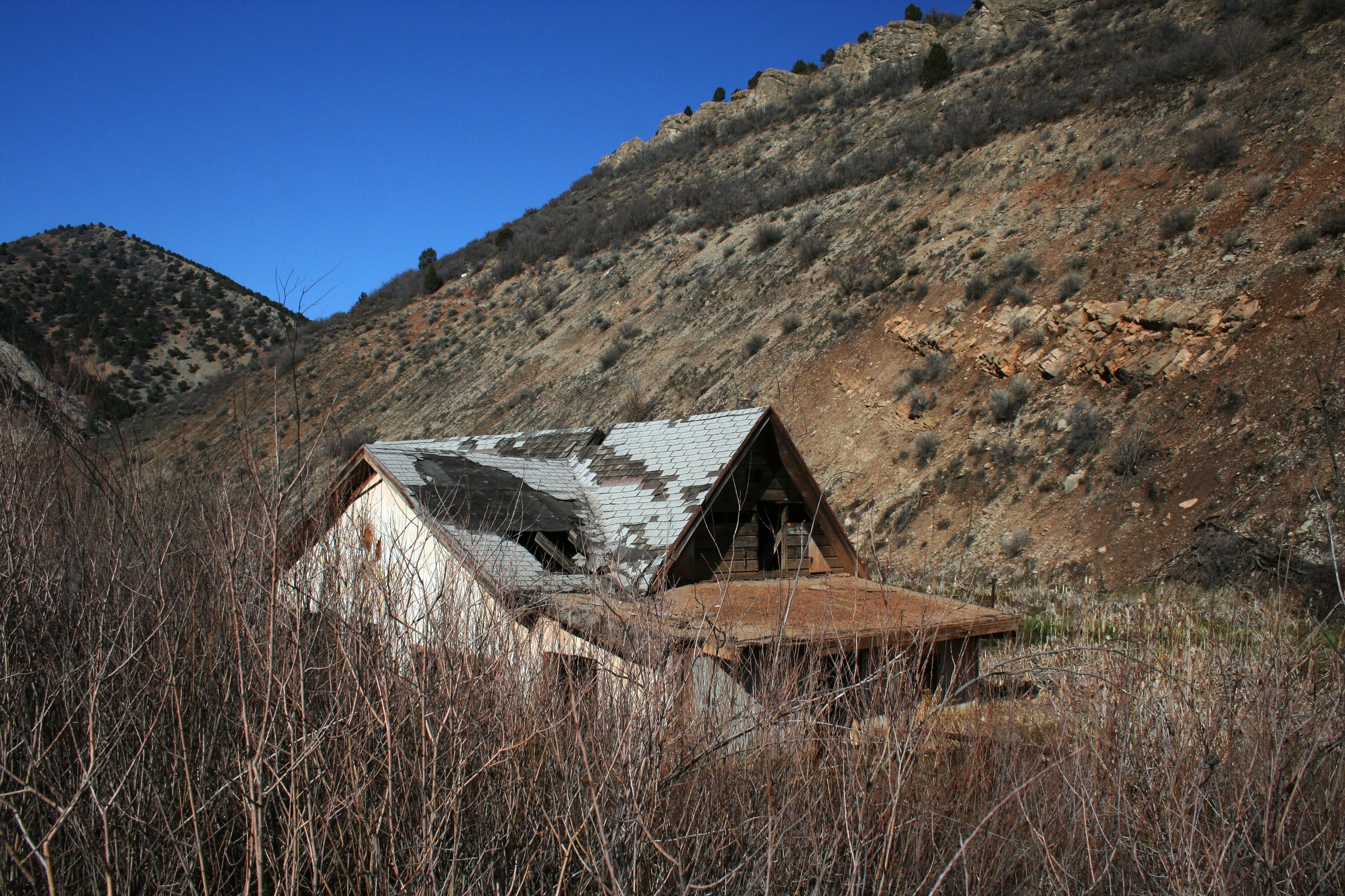 File:Buried house, Thistle, Utah.jpg - Wikimedia Commons