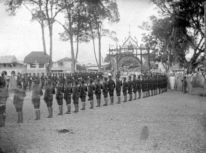 Berkas:COLLECTIE TROPENMUSEUM Bezoek van de gouverneur-generaal aan Fort de Kock Sumatra TMnr 10001575.jpg