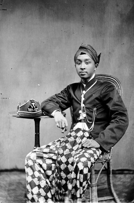 Berkas:COLLECTIE TROPENMUSEUM Portret van een jongeman (lokale bestuurder) Probolinggo TMnr 10001910.jpg - Wikipedia bahasa Indonesia, ensiklopedia bebas