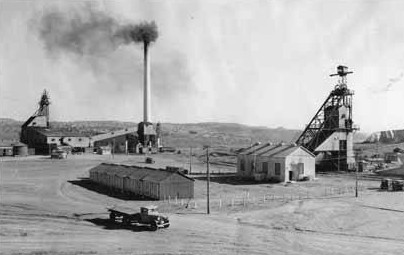 American Coal Company mine and plant, Gallup, circa 1920. Early coal mining here supplied the railroad's steam locomotives. Coal mine, Gallup 1920.jpg