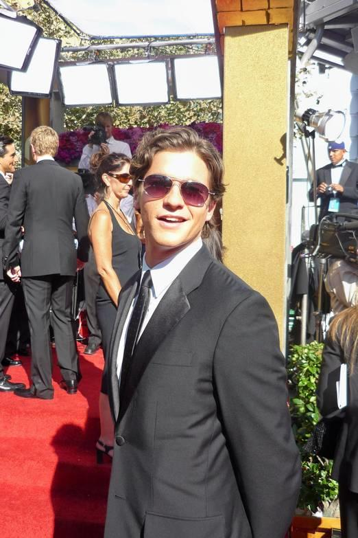 http://upload.wikimedia.org/wikipedia/commons/1/17/David_Burtka_at_2008_Emmy_Awards.jpg