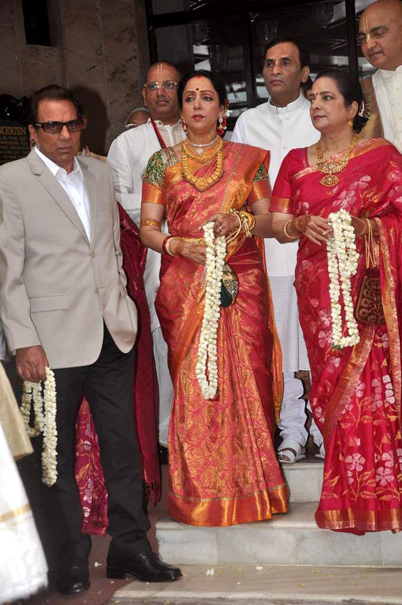 File Dharmendra Hema Malini At Esha Deol S Wedding Isckon Temple 04 Jpg