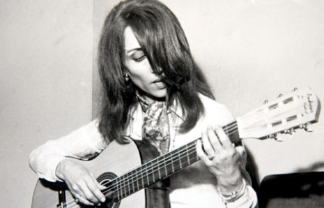 ملف:Fairuz playing the guitar.jpg
