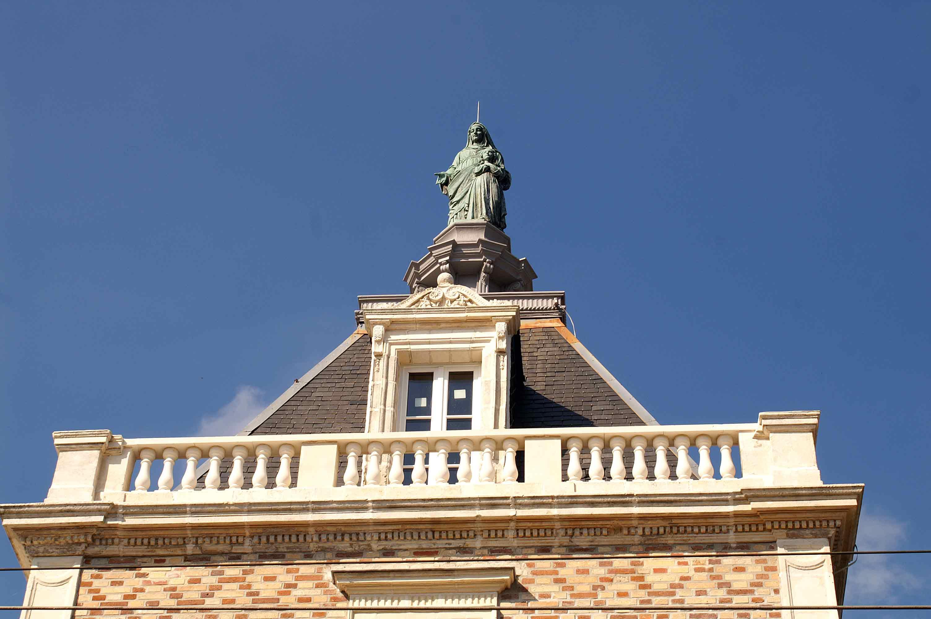 http://upload.wikimedia.org/wikipedia/commons/1/17/Gare-Statue-Sainte-Anne.jpg