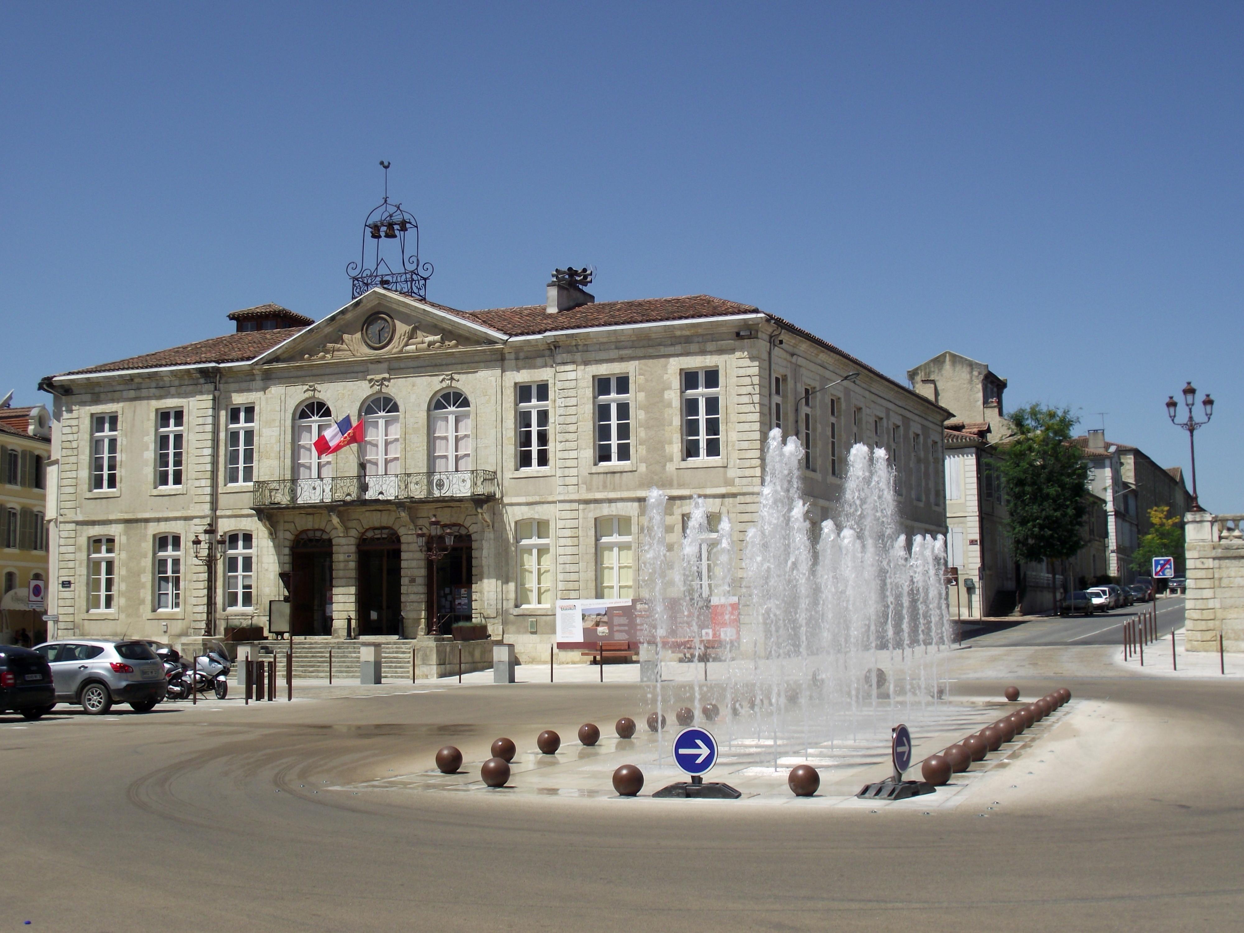 File h tel de ville d 39 auch gers france jpg wikimedia for Hotel de ville