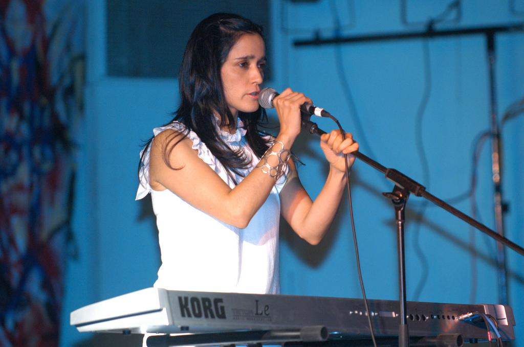 Julieta Venegas cantando en 'Mujeres Sin Miedo, Todas Somos Atenco' en 2006.