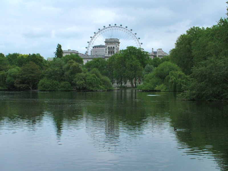 Bestand:London Eye and Horse Guards from St. James's Park.jpg