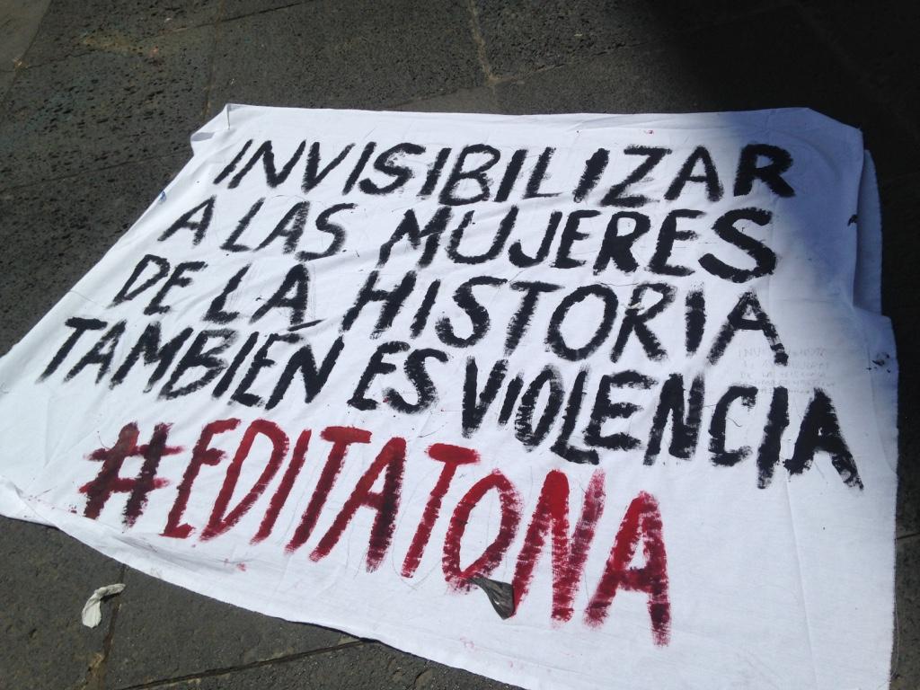 Sign says: Invisibilizar a las mujeres de la historia tambien es violencia #editatona