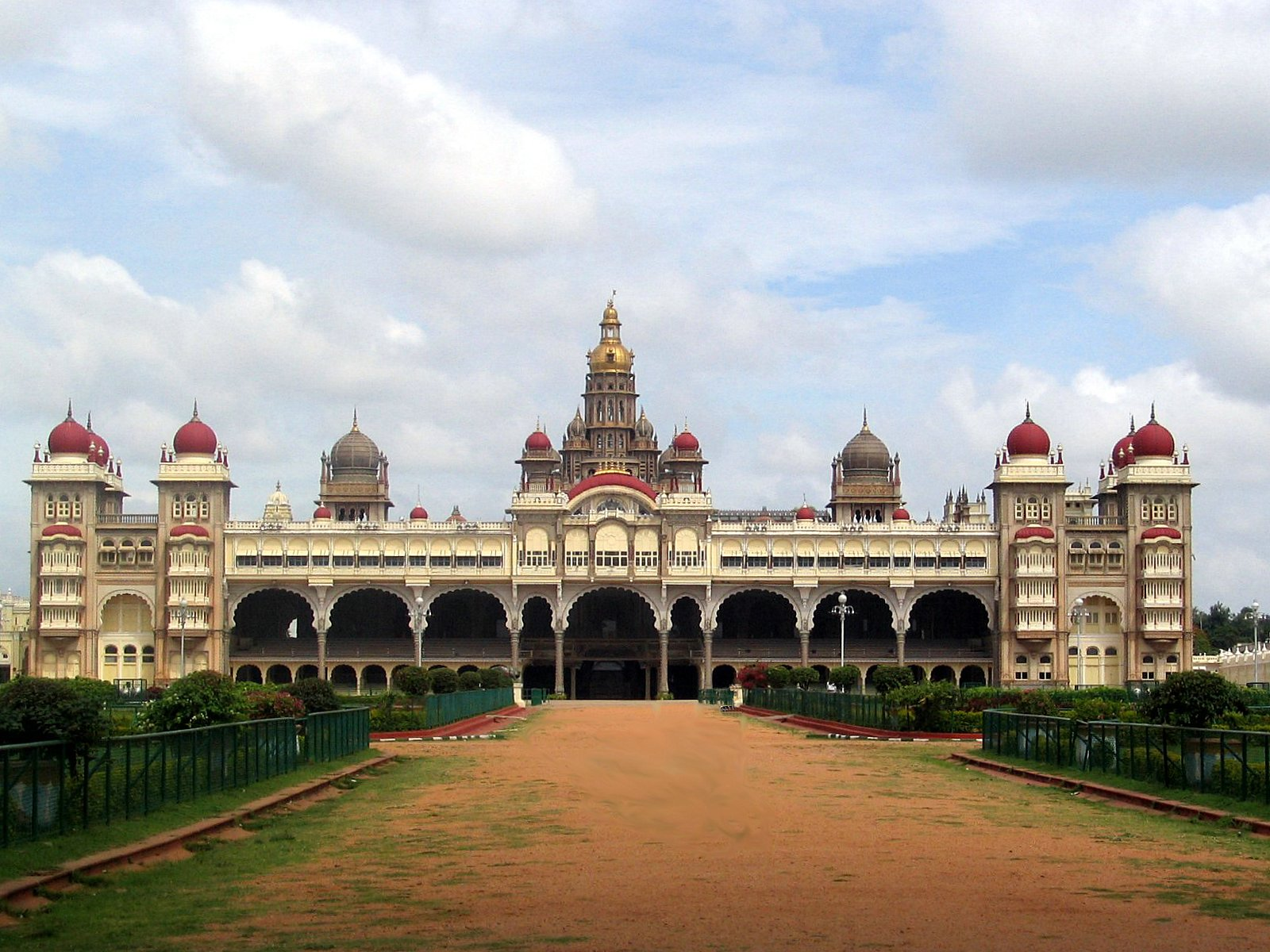 http://upload.wikimedia.org/wikipedia/commons/1/17/Mysore_Palace_Front_view.jpg