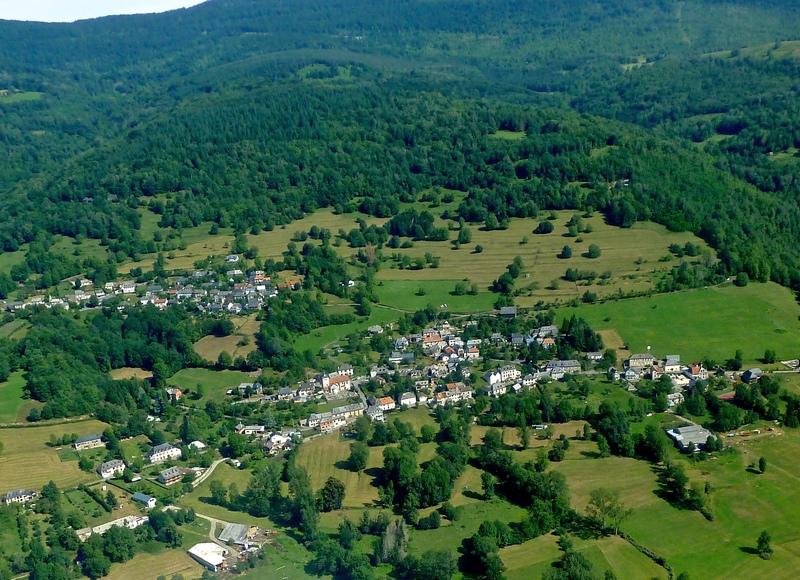 Orgibet (centre bas) et Saint Jean du Castillonais vus du ciel.