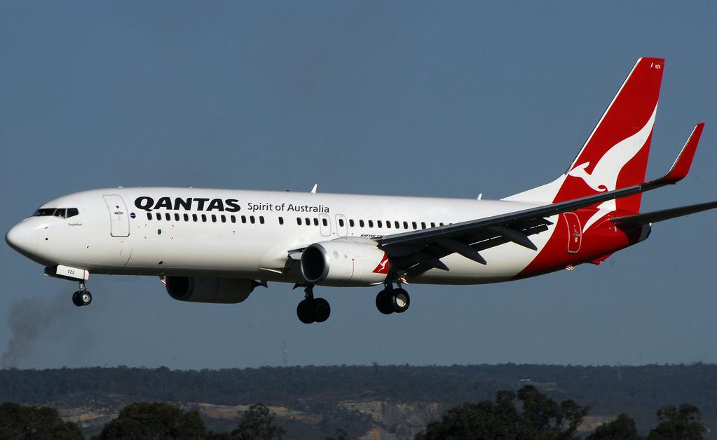 File:Qantas 737-800 short final (8117773093).jpg ...