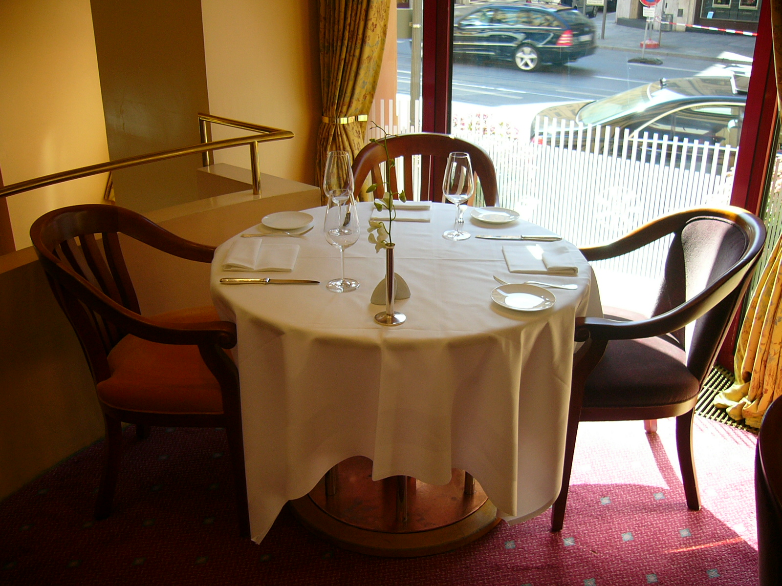 file table setting in a restaurant jpg wikimedia commons