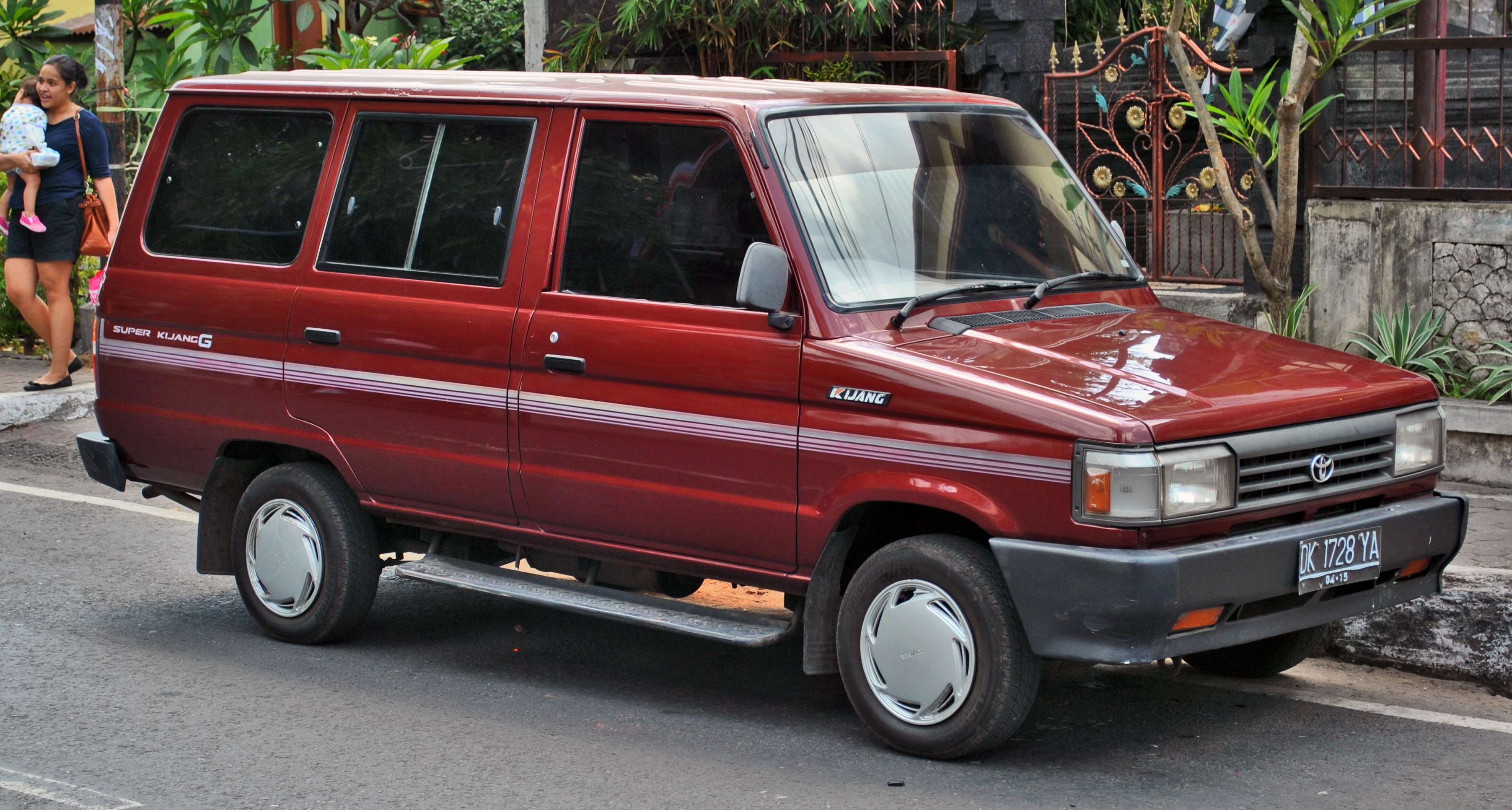 File:Toyota Super Kijang (front), Denpasar.jpg - Wikimedia ...