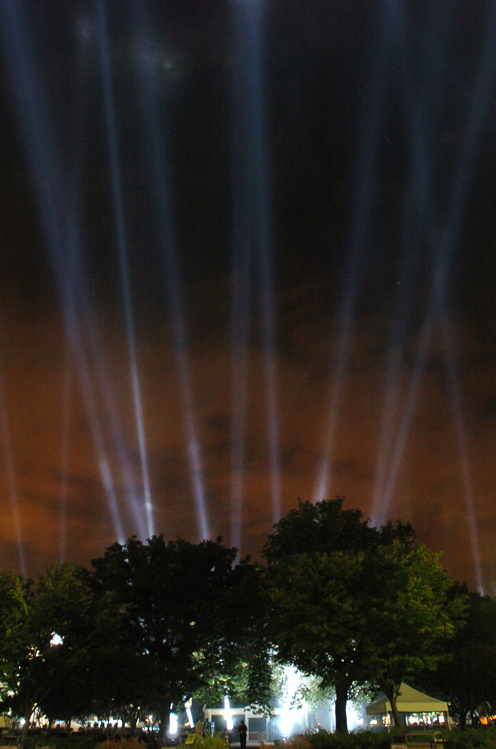 File:US Navy 060910-N-0696M-259 184 beams of light projected from the Pentagon courtyard illuminate the night sky to commemorate each life lost at the ...