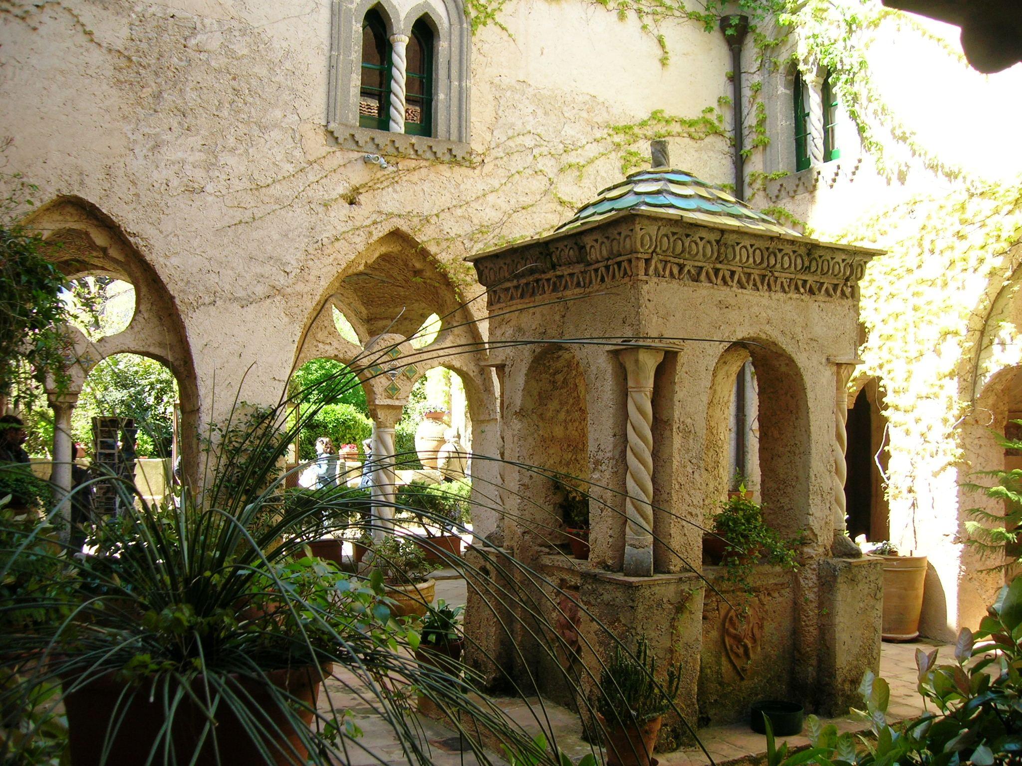http://upload.wikimedia.org/wikipedia/commons/1/17/Villa_Cimbrone_Ravello_27.JPG
