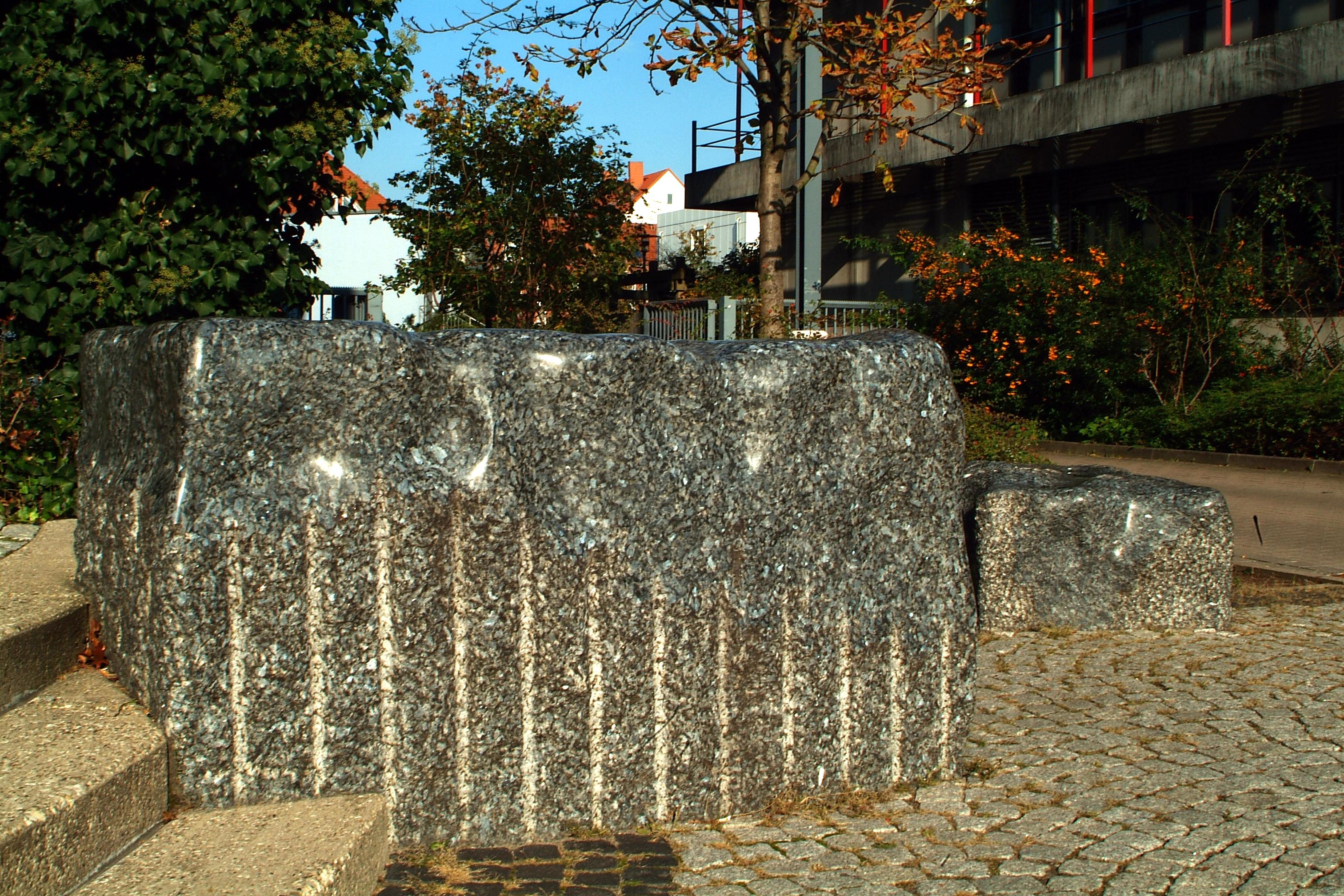 datei wilfried behre acht steinskulpturen 2000 appelstra 223 e hannover zwei der steine vor dem