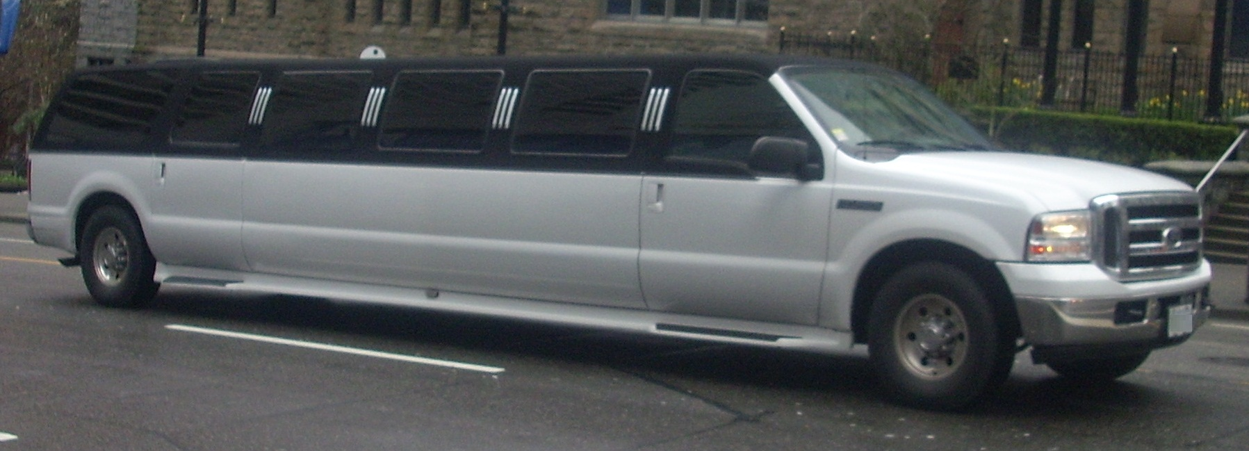 Limousine For Sale >> File:'05 Ford Excursion Limousine (Vancouver 2010).jpg - Wikimedia Commons