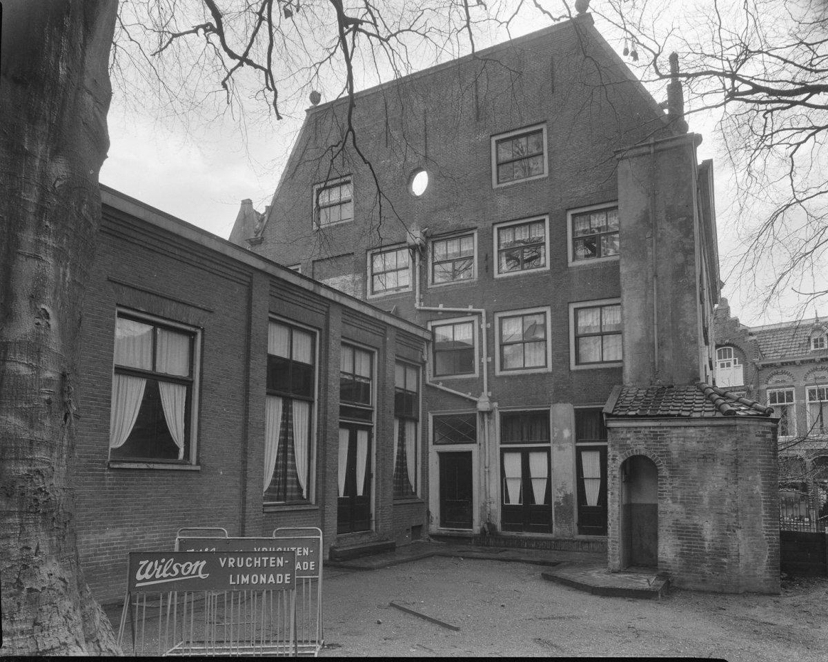 Huis met vijf travee n brede gevel met middenrisaliet waarin de omlijste ingang met stoep waarop - Huis ingang ...