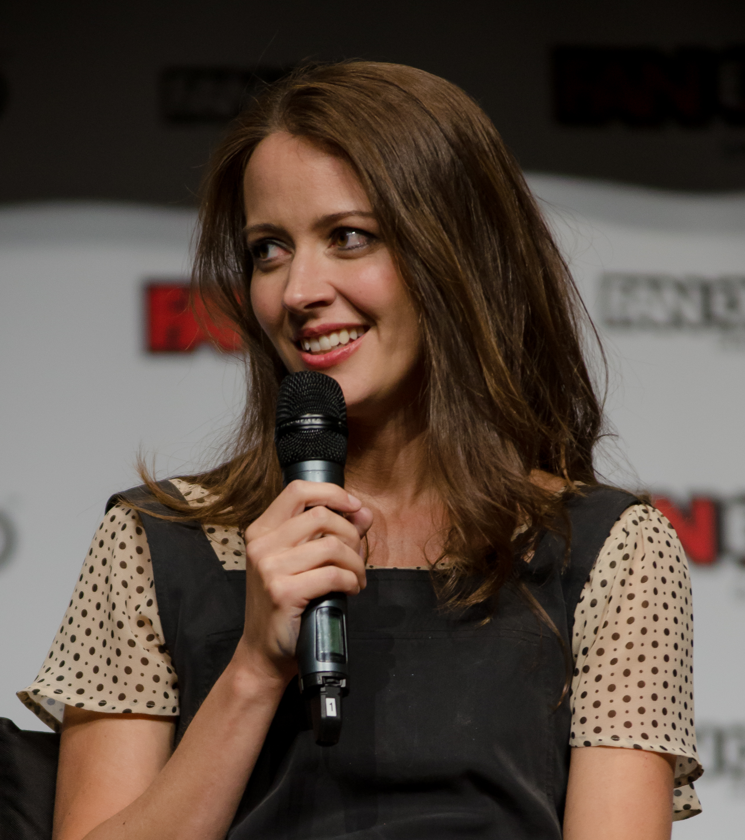 The 41-year old daughter of father (?) and mother(?) Amy Acker in 2018 photo. Amy Acker earned a  million dollar salary - leaving the net worth at 0.5 million in 2018