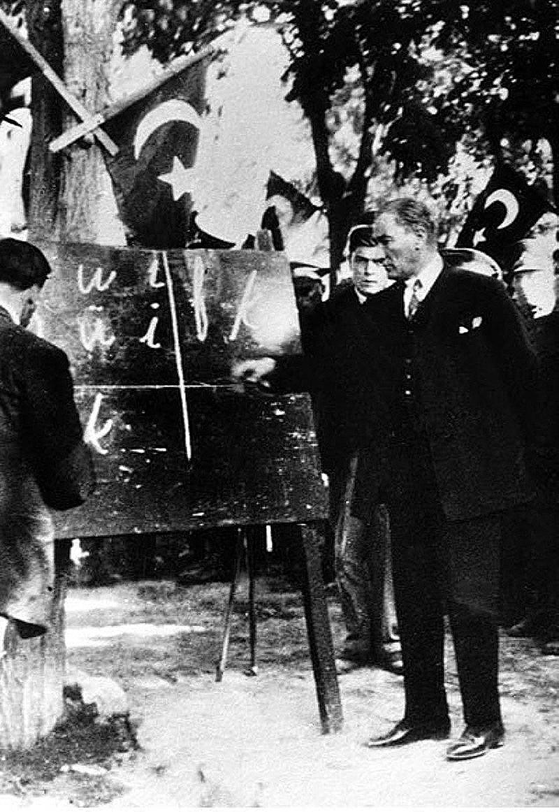 Atatürk az új írásmódot tanítja a falvakban (Wikipedia)