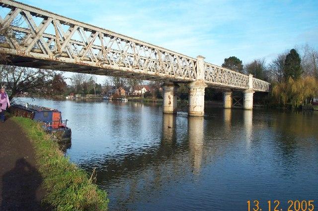 Bourne End, Railway bridge - geograph.org.uk - 91622