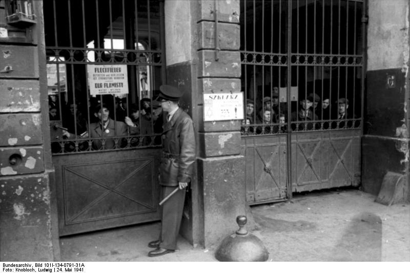 http://upload.wikimedia.org/wikipedia/commons/1/18/Bundesarchiv_Bild_101I-134-0791-31A%2C_Polen%2C_Ghetto_Warschau%2C_Ghettopolizist.jpg