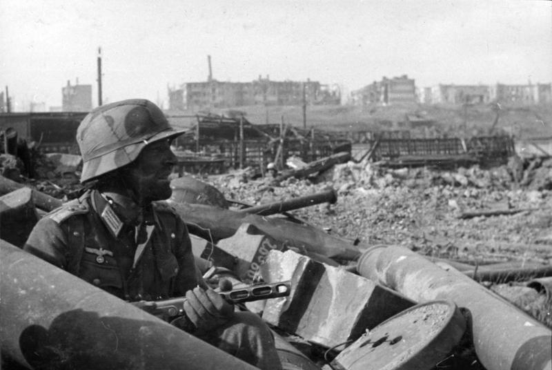 Bundesarchiv Bild 116-168-618, Russland, Kampf um Stalingrad, Soldat mit MPi.jpg