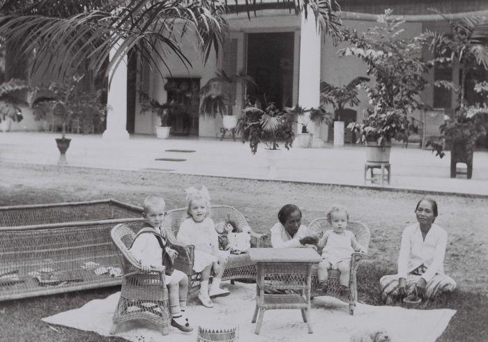 http://upload.wikimedia.org/wikipedia/commons/1/18/COLLECTIE_TROPENMUSEUM_De_kinderen_van_de_familie_Lonkhuyzen_met_baboe_in_de_tuin_van_hun_woning_in_Semarang._TMnr_60042268.jpg