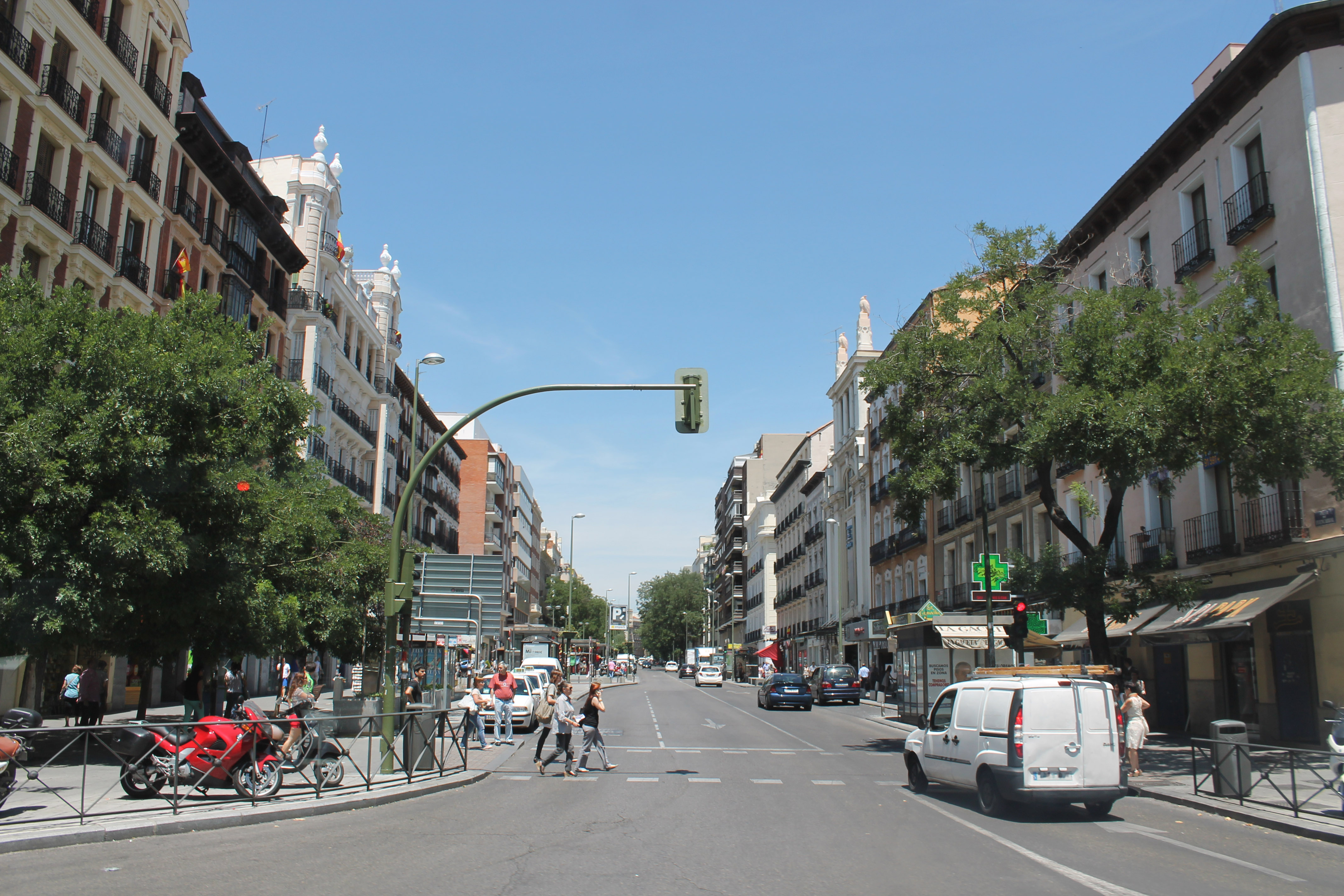 File calle de fuencarral madrid wikimedia commons - Calle nebulosas madrid ...