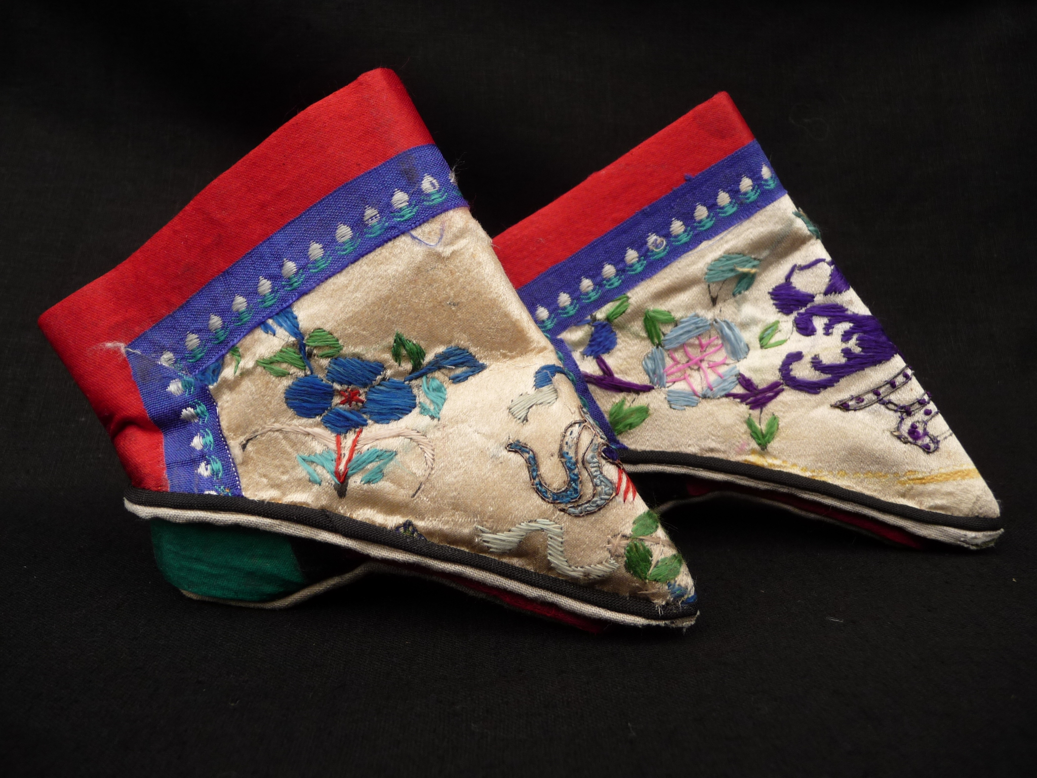 File Chinese Ladies Footbinding Shoes Qm R Jpg Wikimedia