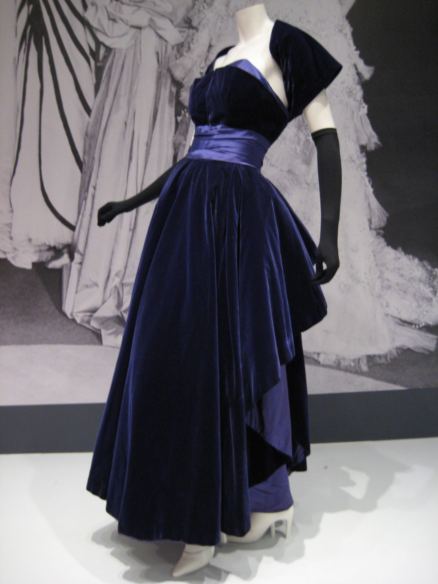 File christian dior dress wikimedia commons for The history of haute couture