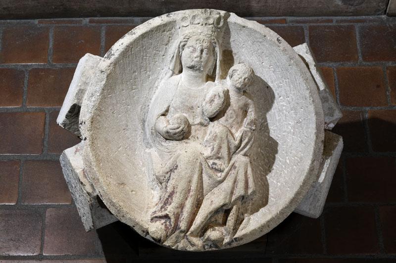 Clef de voûte ornée de la Vierge à l'Enfant