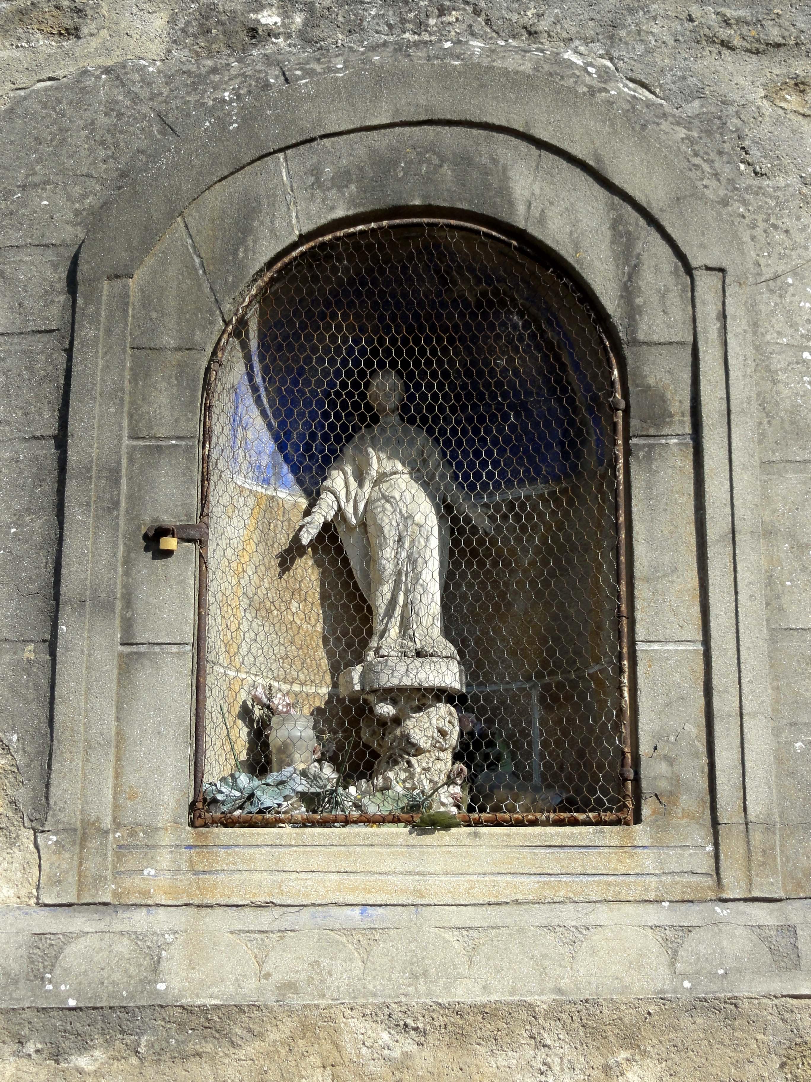 file cond court 95 glise saint pierre s liens niche statue dans le mur de sout nement. Black Bedroom Furniture Sets. Home Design Ideas