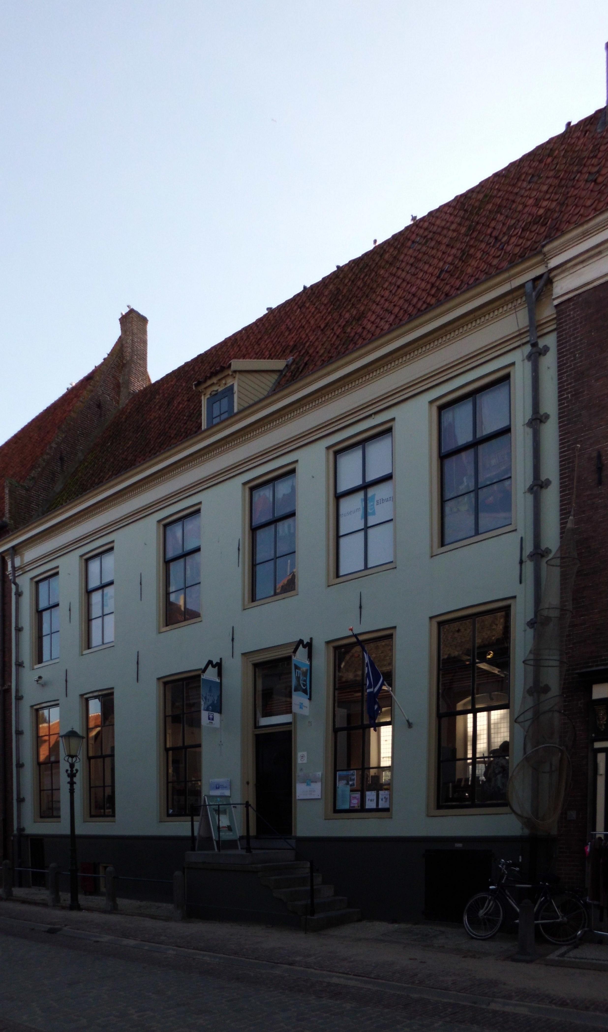 Huis met gevel onder lijst voor middeleeuw pand dat oudtijds deel uitmaakte van het - Huis gevel ...