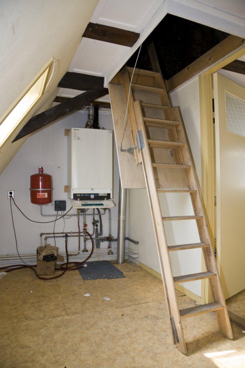 file interieur  trap naar zolder  met schade rond de cv - harlingen - 20424779