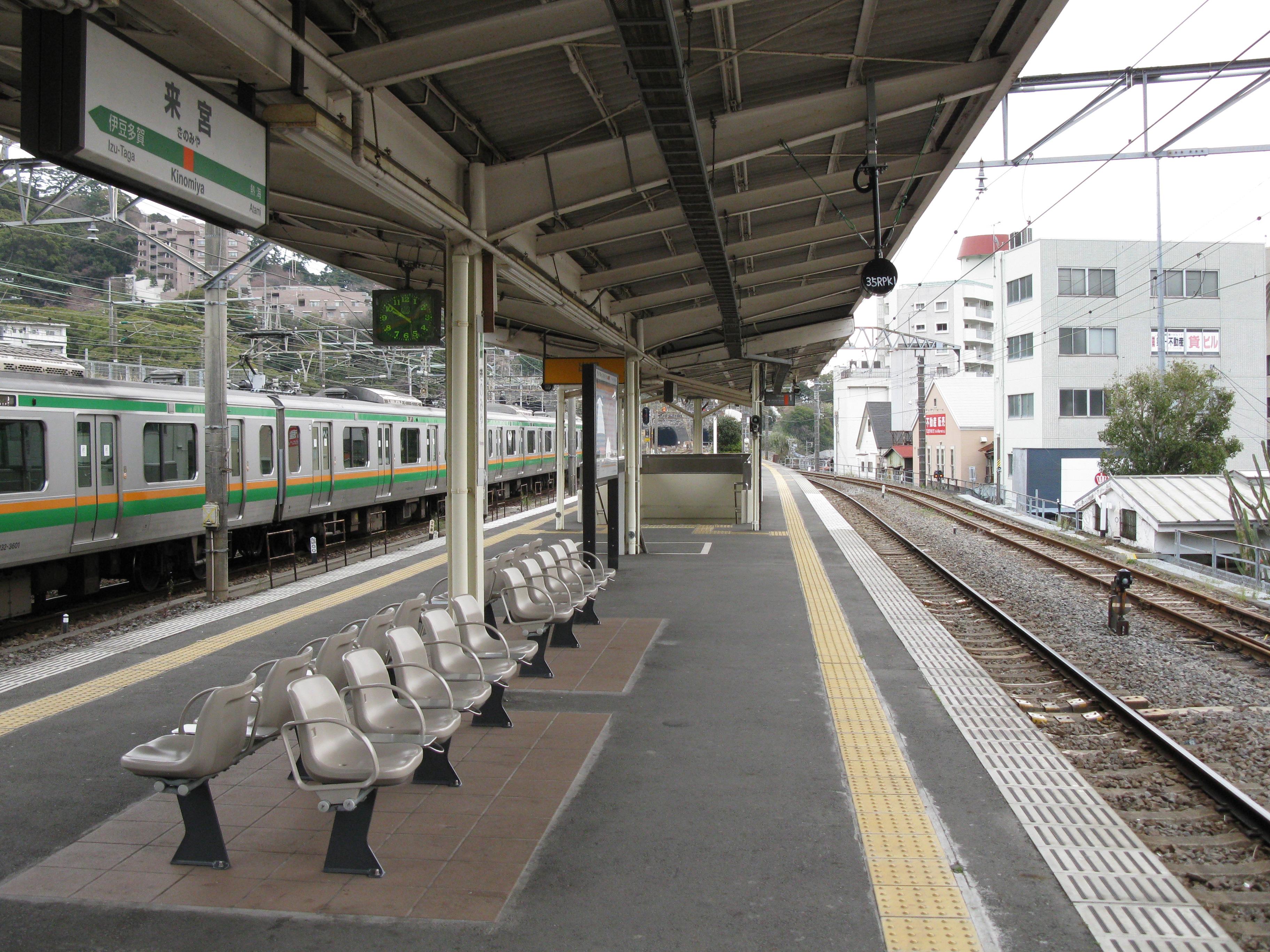 https://upload.wikimedia.org/wikipedia/commons/1/18/JREast-Ito-line-Kinomiya-station-platform-20100331.jpg