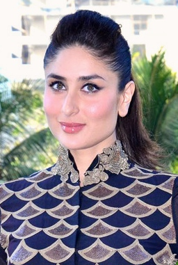 The 37-year old daughter of father Randhir Kapoor and mother Babita, 163 cm tall Kareena Kapoor in 2017 photo