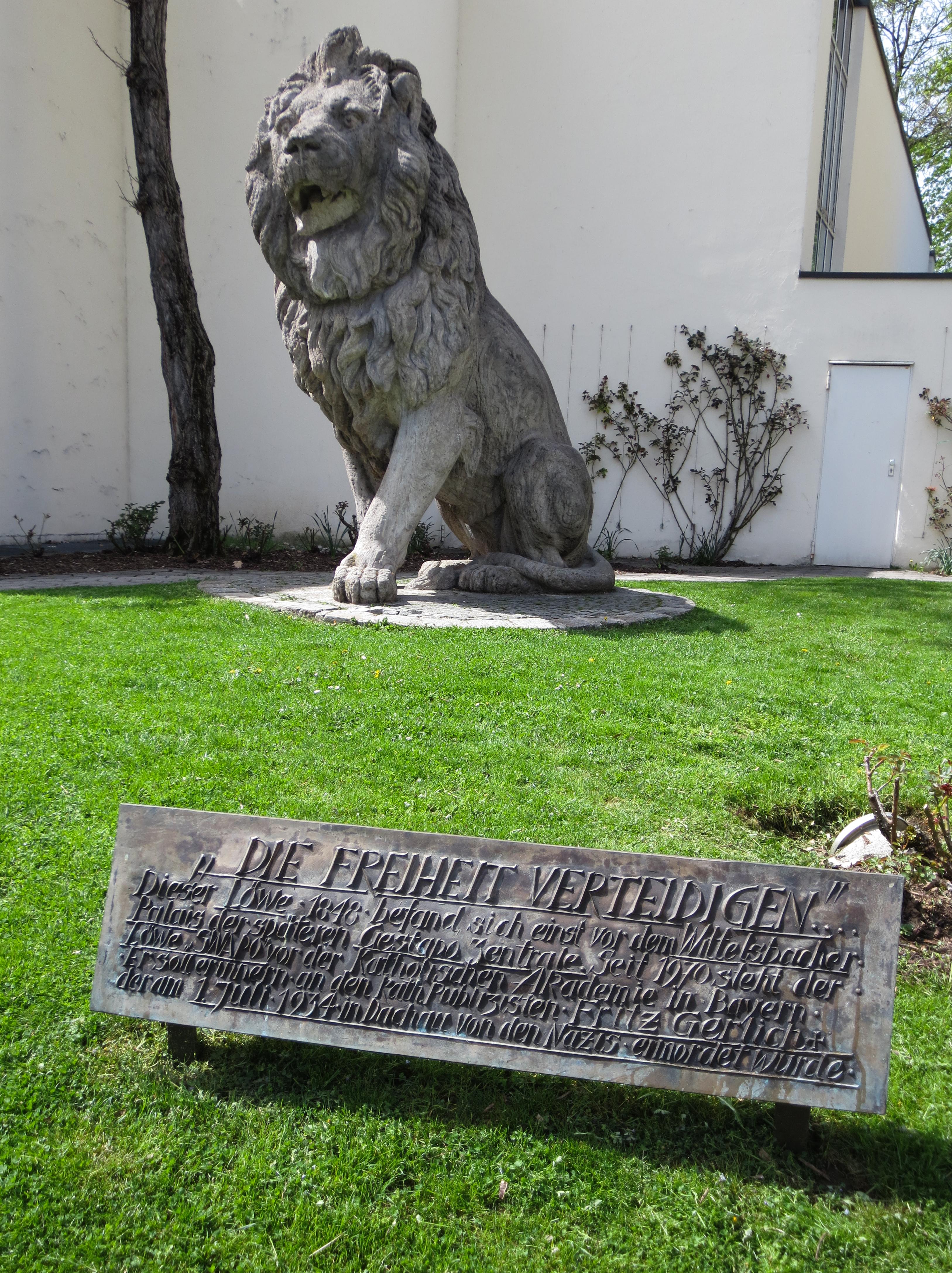 Löwe mit Gedenktafel für Fritz Gerlich an der Katholischen Akademie Bayern
