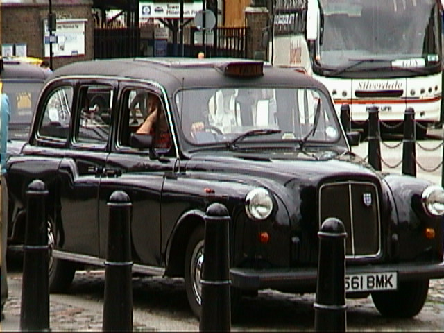 https://upload.wikimedia.org/wikipedia/commons/1/18/London_taxi.jpg