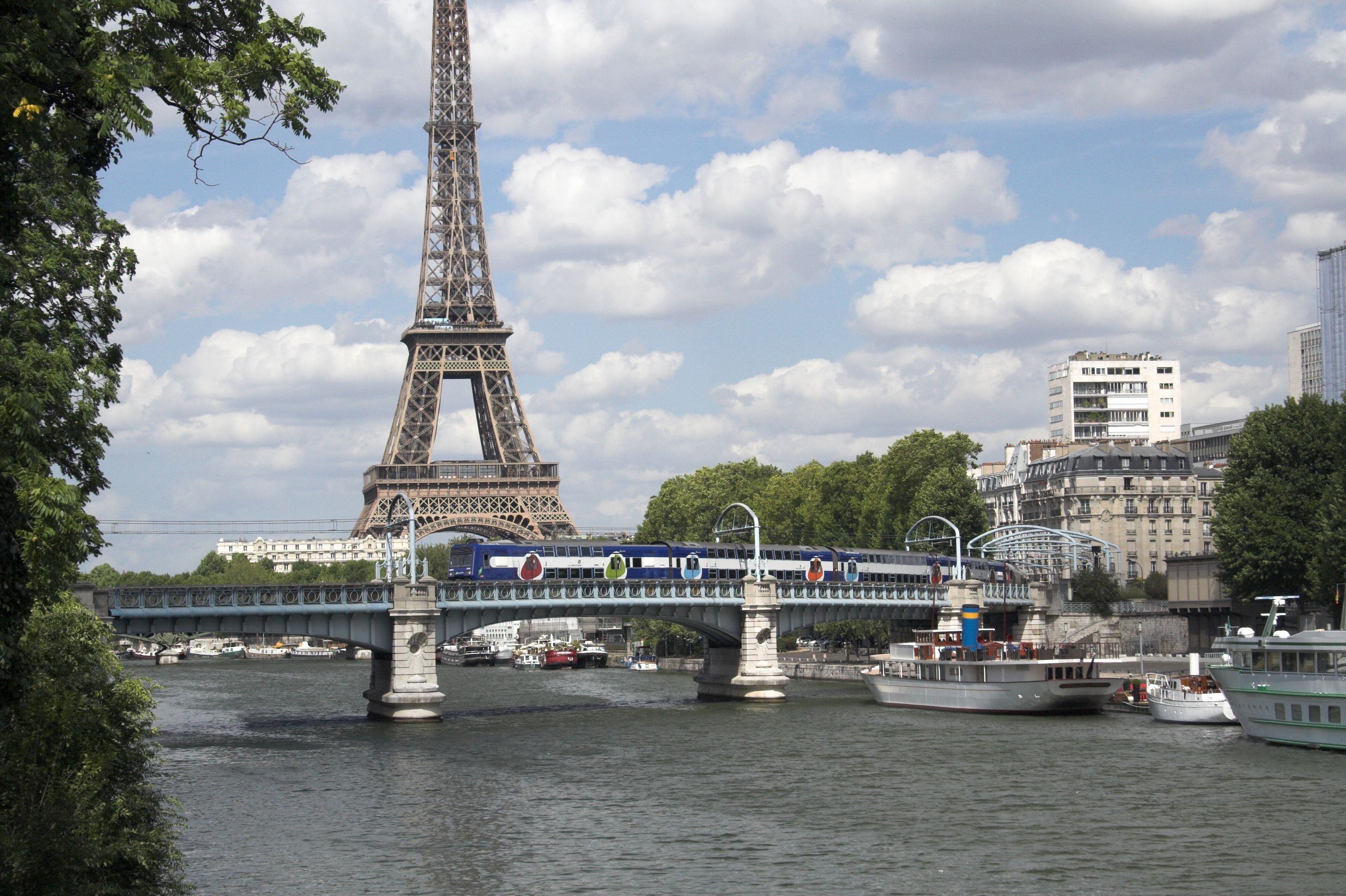 File:Paris RER C crosses the Seine on Pont Rouelle.jpg - Wikimedia Commons