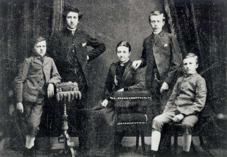 Bestand:Piet Mondriaan with his brothers and sister.jpg