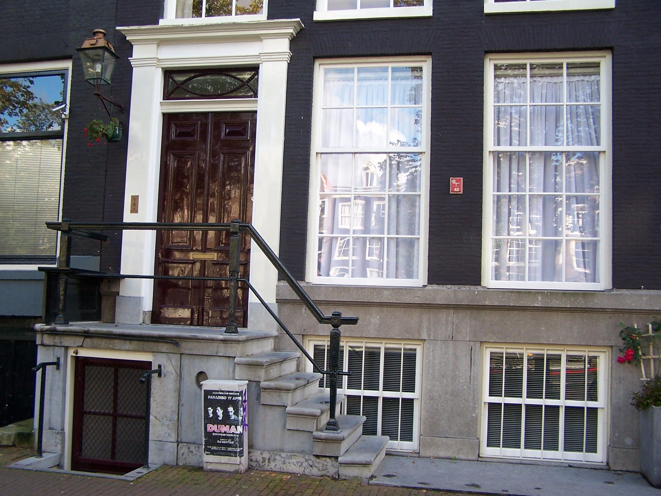 Huis met gevel met rechte lijst en deurpartij in amsterdam for Lijst inrichting huis